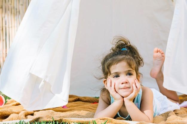 텐트에 누워 귀여운 여자