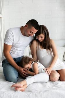Очаровательная девушка проводит время со своими родителями