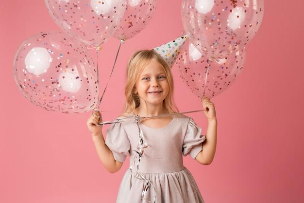 Очаровательная девушка с воздушными шарами в костюме