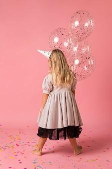 의상과 파티 모자와 귀여운 소녀