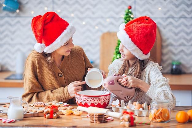 함께 크리스마스 쿠키를 요리하는 귀여운 여자