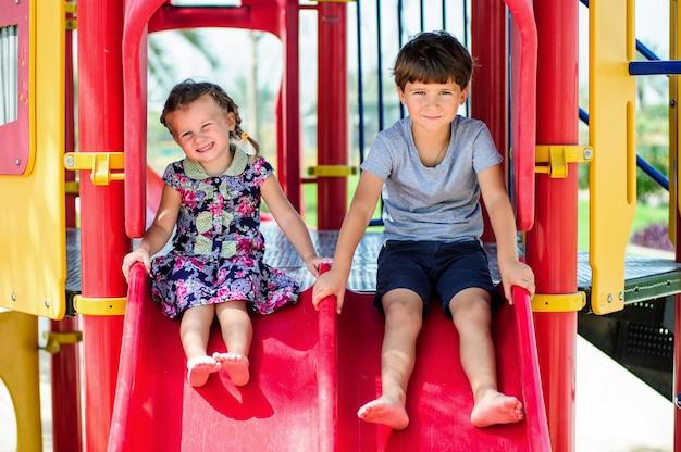 여름 날에 야외에서 사랑스러운 행복한 아이들