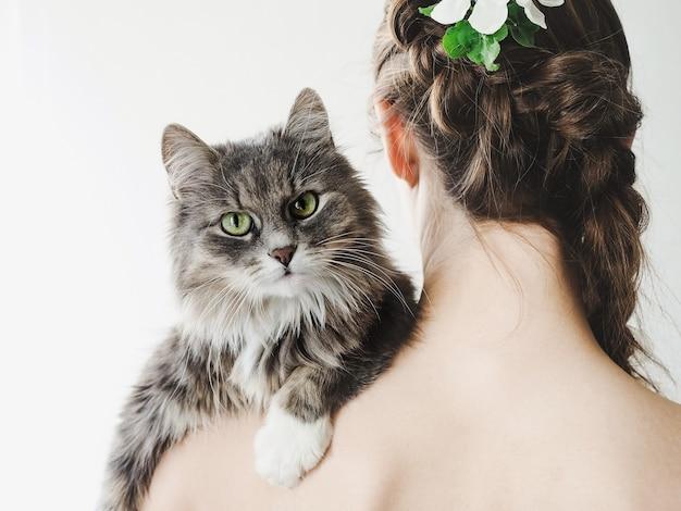 美しい女性の肩に横たわっている愛らしい子猫