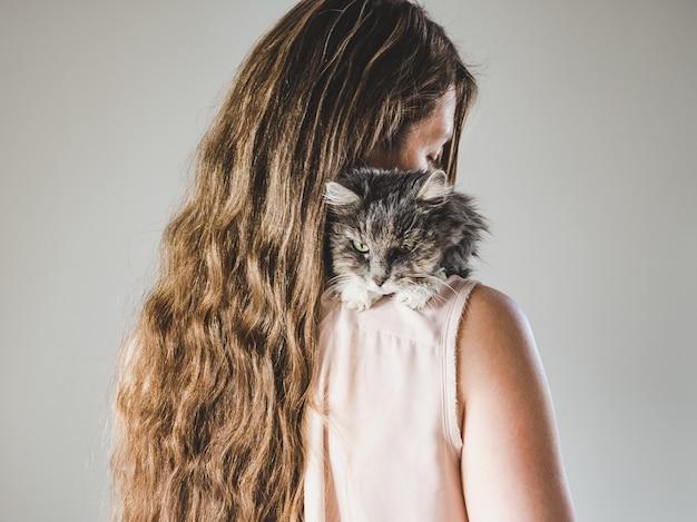 愛らしいキティと美しい女性。閉じる