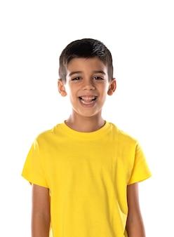 白い背景で隔離の黄色のtシャツを身に着けている愛らしいラテン系の少年