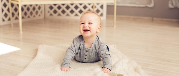 日当たりの良い寝室で笑う愛らしい男の子