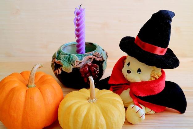 Очаровательная игрушка-лев в костюме волшебника с мини-тыквами и свечкой