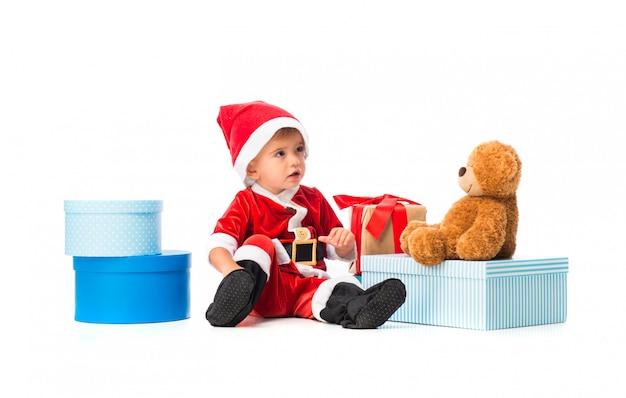 크리스마스 파티에서 산타 클로스처럼 옷을 입고 사랑스러운 작은 아기 프리미엄 사진