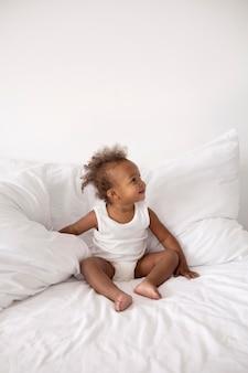 집에서 사랑스러운 작은 흑인 아기 소녀