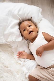家で愛らしい小さな黒い女の赤ちゃん