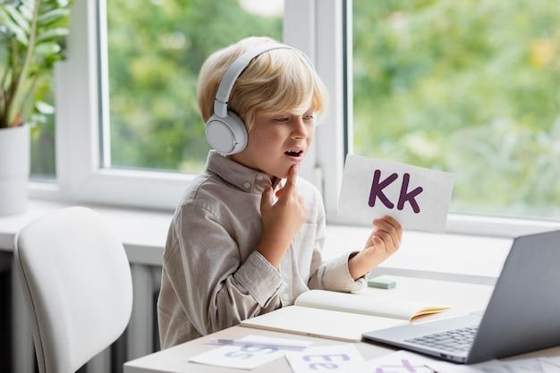 Adorabile ragazzino che fa una sessione online di logopedia