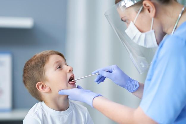 의사의 약속을 갖는 사랑스러운 작은 소년