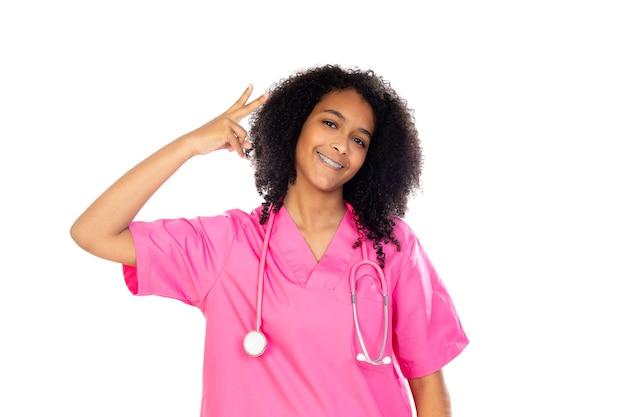 흰 벽에 고립 된 분홍색 유니폼과 함께 사랑스러운 작은 의사