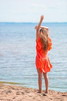 夏の休暇中にビーチでのかわいい女の子