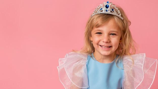 Bambina adorabile in costume con lo spazio della copia