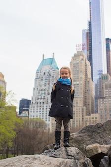 Очаровательная маленькая девочка в центральном парке в нью-йорке