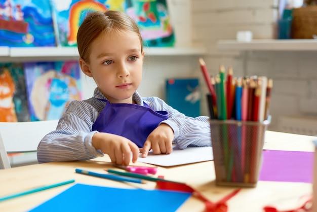 Очаровательная маленькая девочка в дошкольных учреждениях