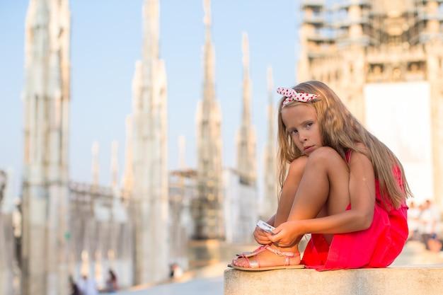 Очаровательны маленькая девочка на крыше собора, милан, италия