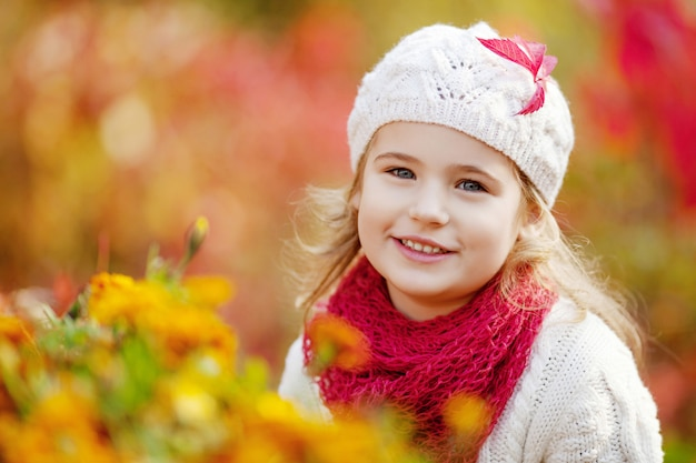 Adorable little girl outdoors at beautiful autumn day. autumn activities for children.