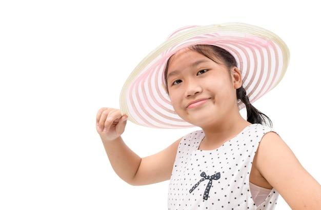 孤立したエレガントな帽子をかぶって愛らしい少女