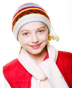 Очаровательная маленькая девочка с одеждой на зиму