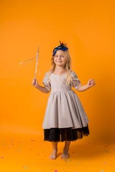 Очаровательная маленькая девочка с маской в костюме