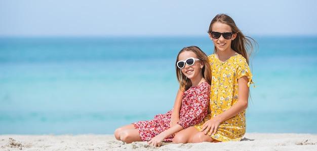 해변에서 재미 사랑스러운 어린 소녀