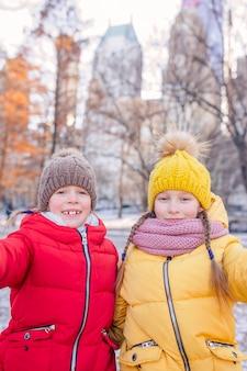 Очаровательные маленькие девочки в центральном парке в нью-йорке