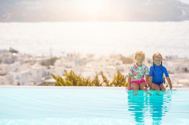 Очаровательные сестренки на пляже во время летних каникул