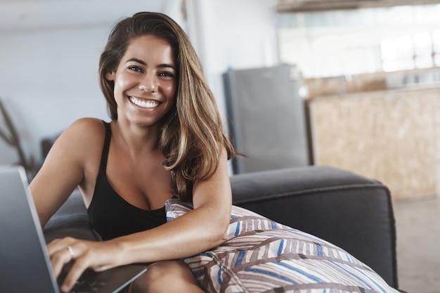 Adorabile fortunata donna freelance di successo che lavora nello spazio di co-working