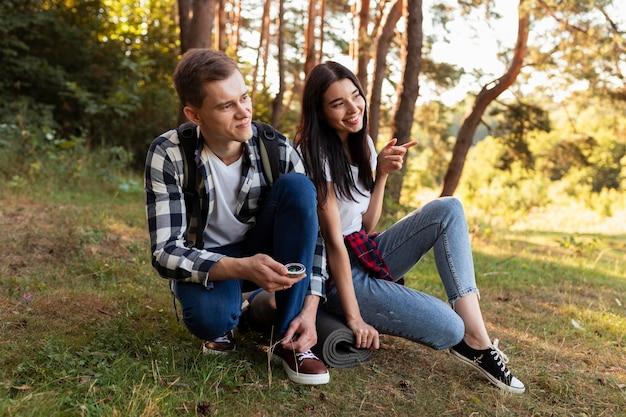 Очаровательны мужчина и женщина, наслаждаясь временем на открытом воздухе
