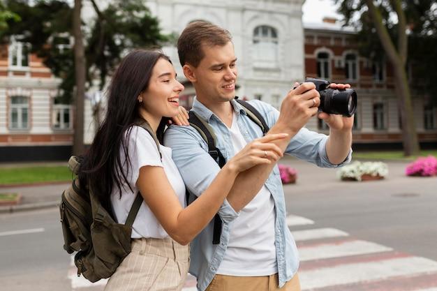 Очаровательны мужчина и женщина фотографируют в отпуске