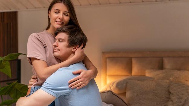 Очаровательны мужчина и женщина вместе в любви