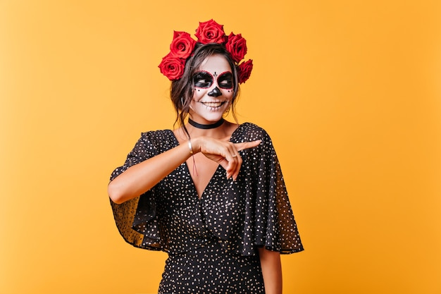 할로윈을 즐기는 사랑스러운 멕시코 여성 모델. 행복을 표현하는 죽은 신부 복장에 행복한 소녀.