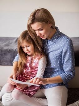 Очаровательная мать и дочь вместе