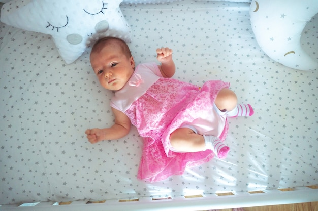 핑크 드레스에 사랑스러운 갓난 아기 소녀