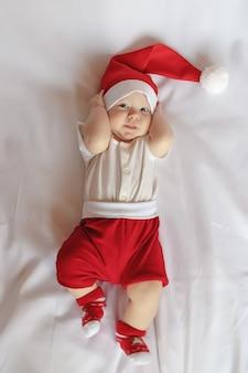Очаровательны новорожденного в костюме рождества санта-клауса