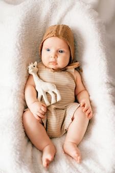 Портрет прелестного newborn младенца крытый сверху.