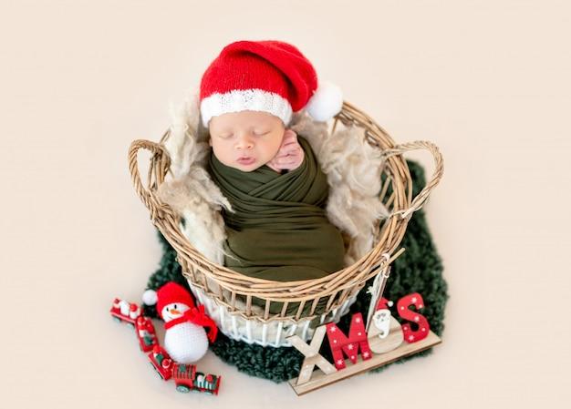 Очаровательны новорожденного в новогодней шапке
