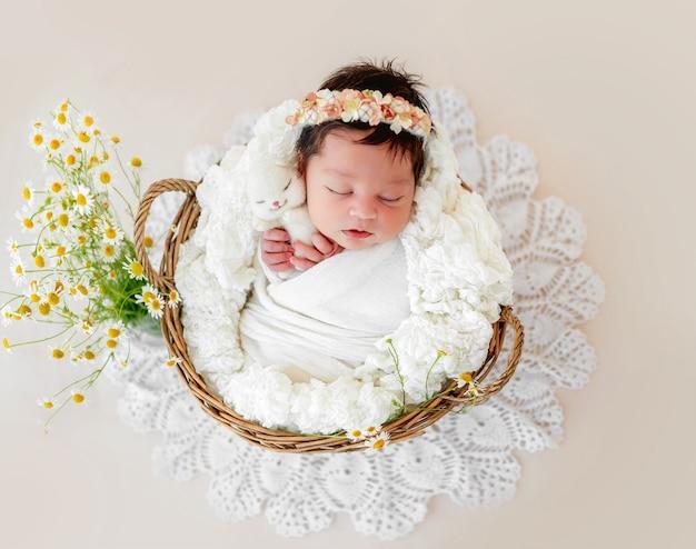 Прелестный новорожденный спит в корзине