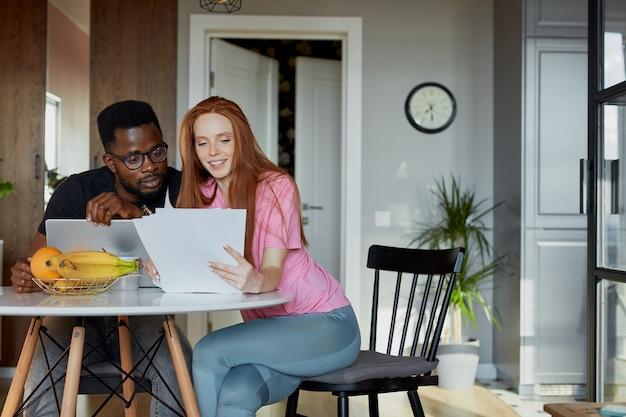 愛らしい赤毛の女性が働く夫をサポート