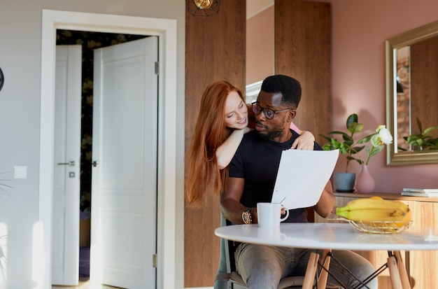 Очаровательная рыжая женщина поддерживает рабочего мужа
