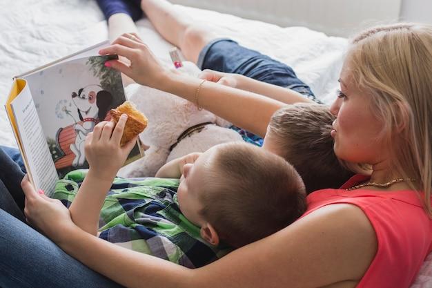 그녀의 아이들과 함께 책을 읽고 어머니의 사랑스러운 장면