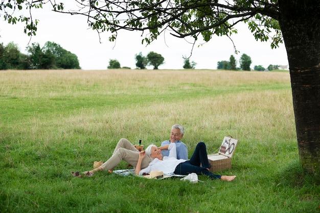 Adorabile coppia di anziani che fa un picnic all'aperto