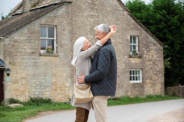 屋外で充実した時間を過ごす愛らしい年配のカップル