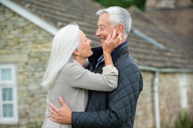 愛情を込めて見つめ合う愛らしい老夫婦