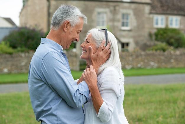 Очаровательная старшая пара нежно смотрит друг на друга