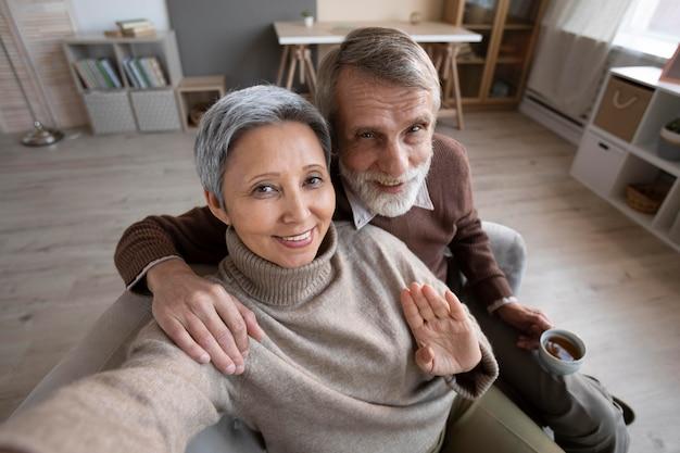 Очаровательная старшая пара, делающая селфи