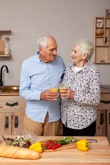 Очаровательны старшие пары вместе на кухне