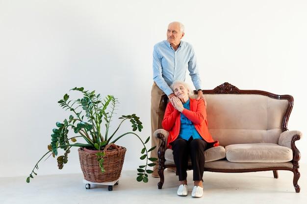 Очаровательны старший мужчина и женщина в любви